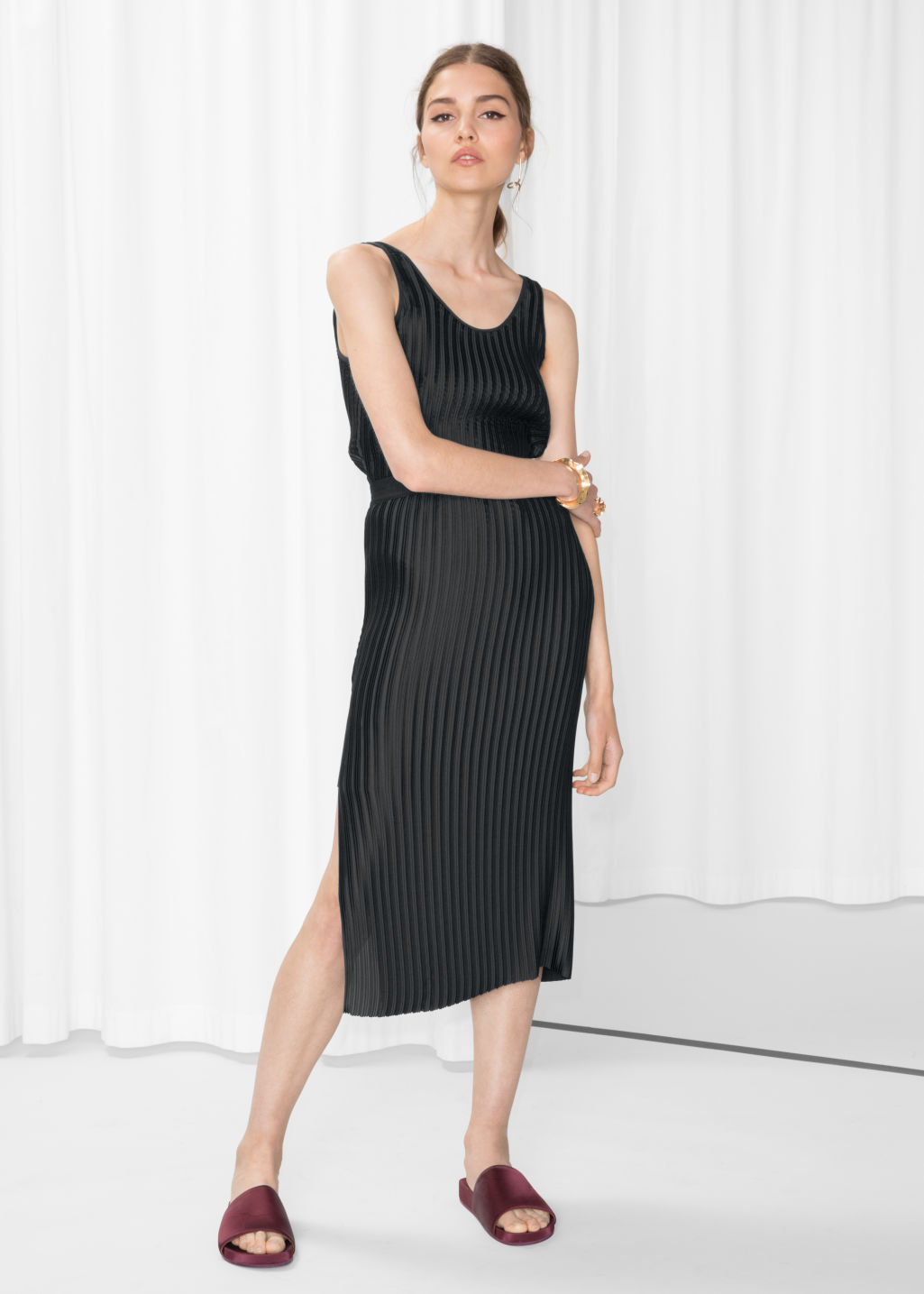 Model front image of Stories pleated slit skirt in black