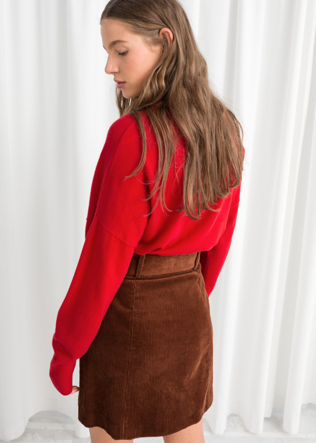 Model back image of Stories cashmere sweater in red