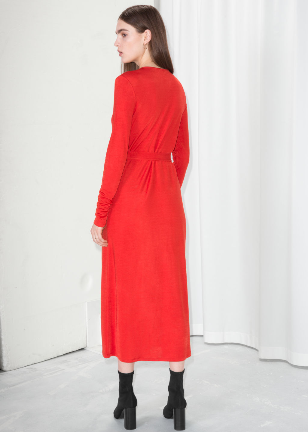 Model back image of Stories o-ring belted midi dress in red