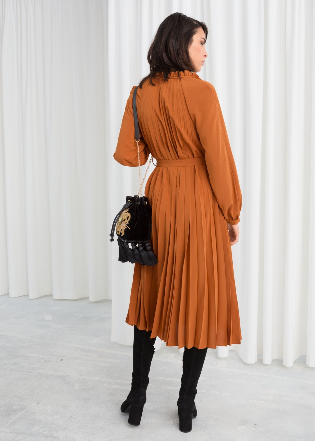 Model back image of Stories printed pleated midi dress in orange