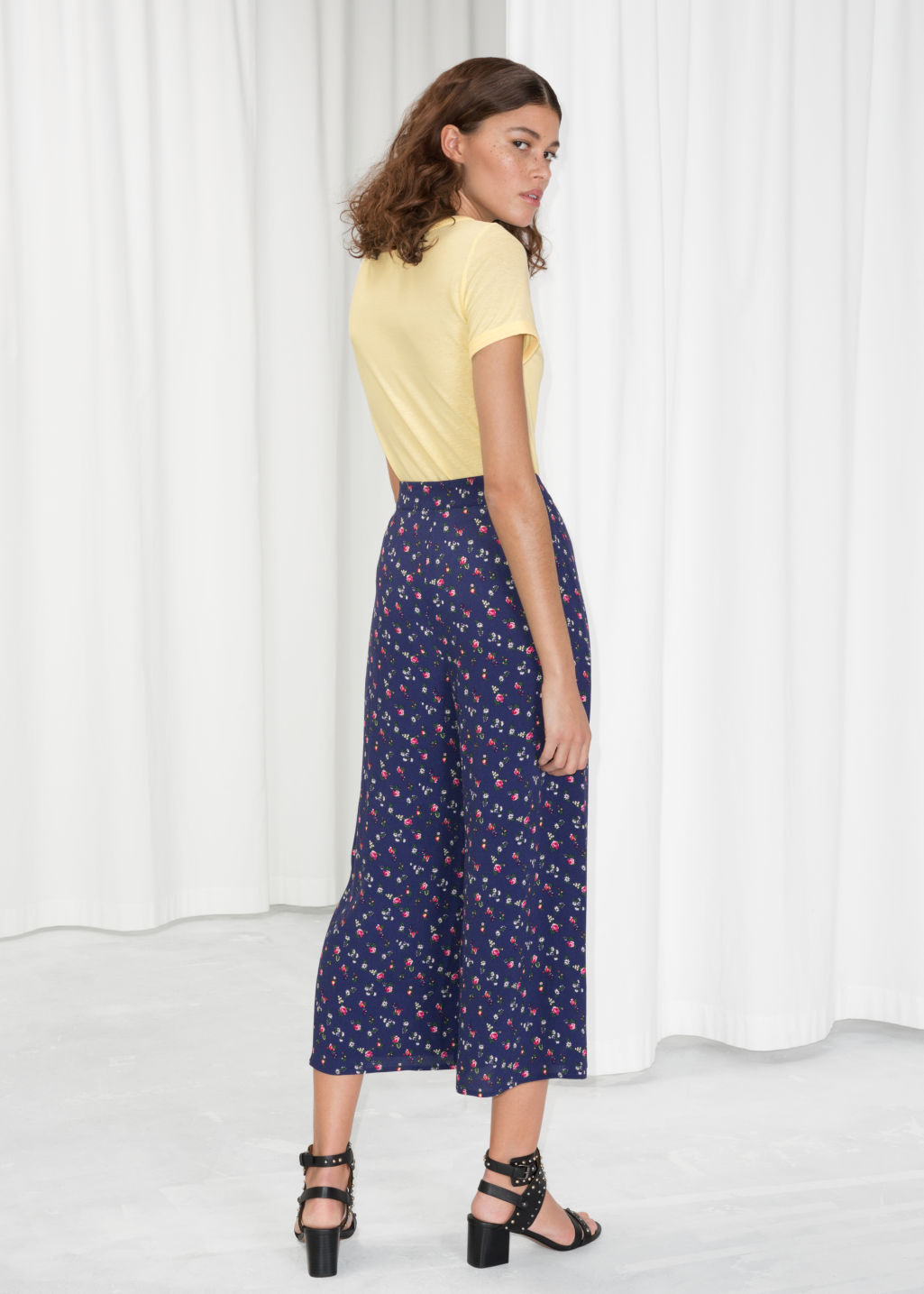 Model back image of Stories o-ring zipper culottes in blue