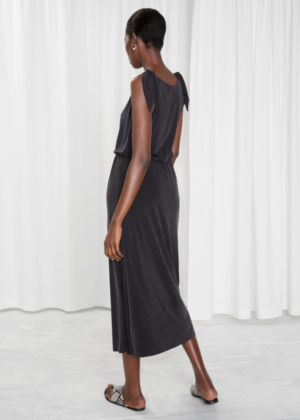 Model back image of Stories ruched waist midi dress in black
