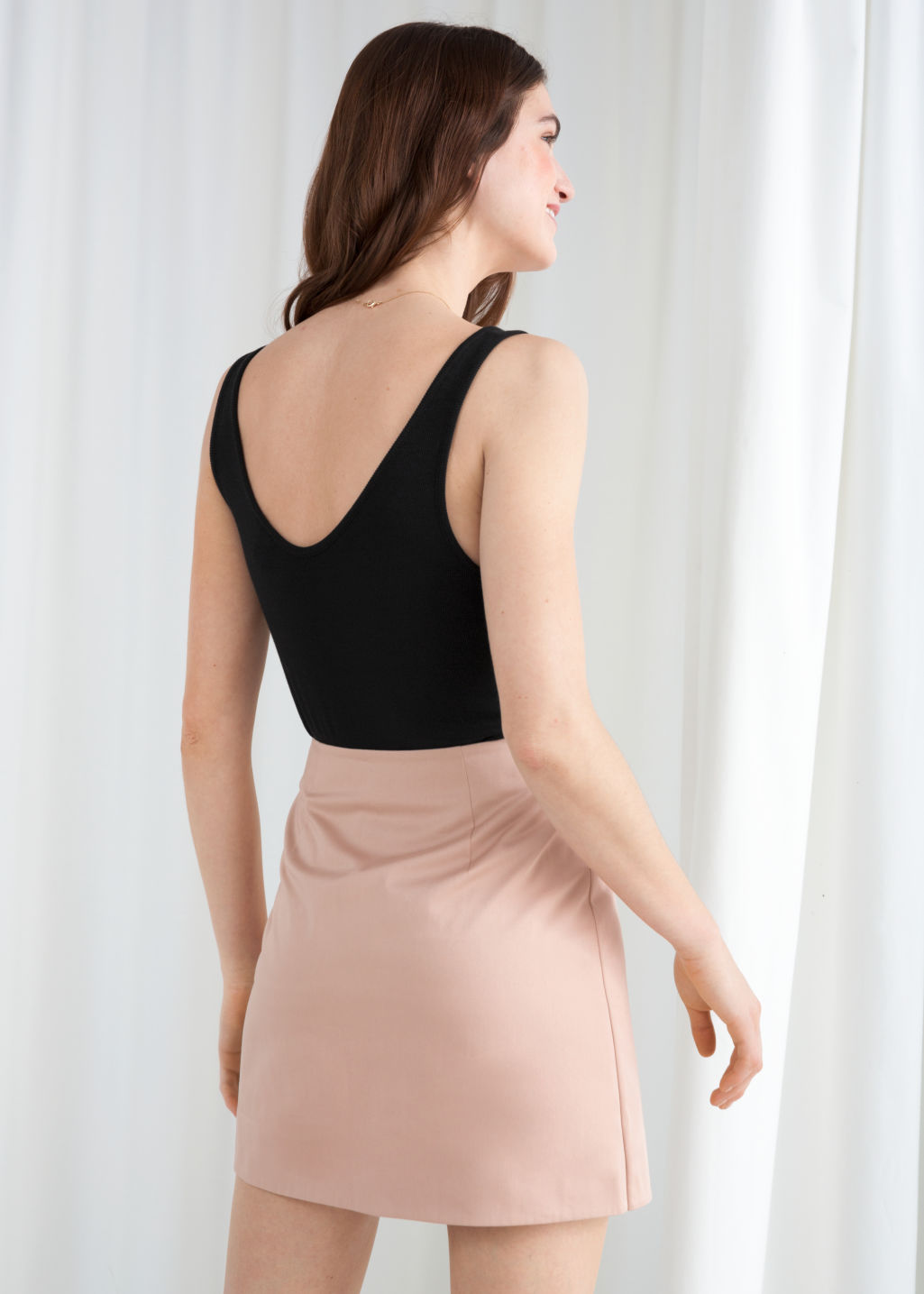 Model back image of Stories ribbed scoop tank top in black