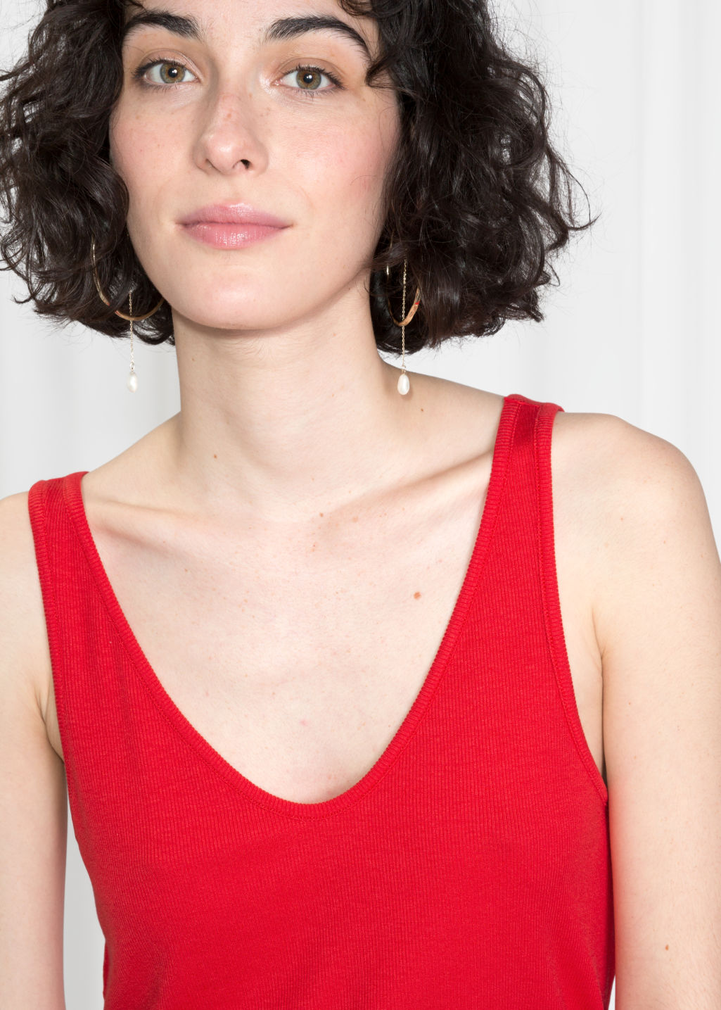 Model back image of Stories ribbed scoop tank top in red