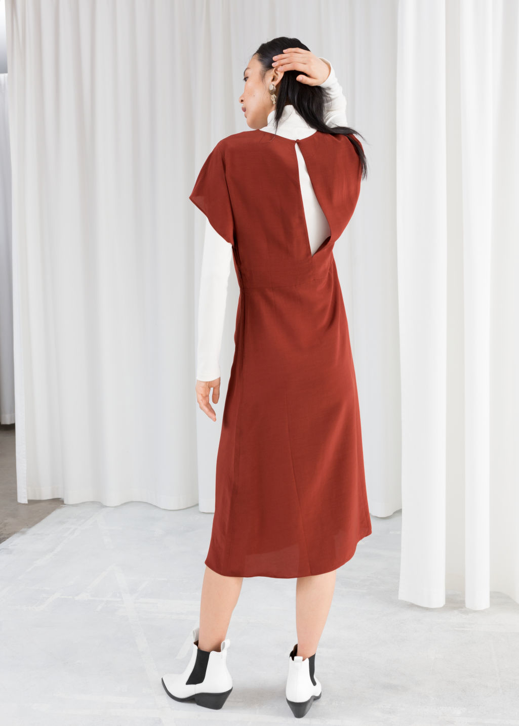 Model back image of Stories short sleeve midi dress in red