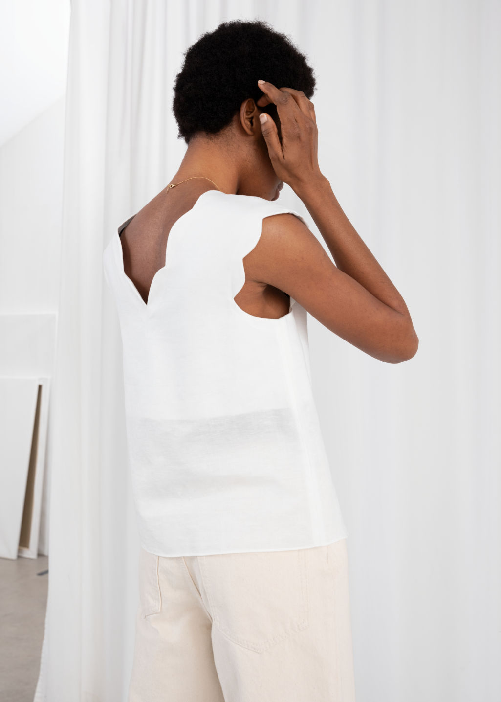 Model back image of Stories linen blend scalloped tank top in white