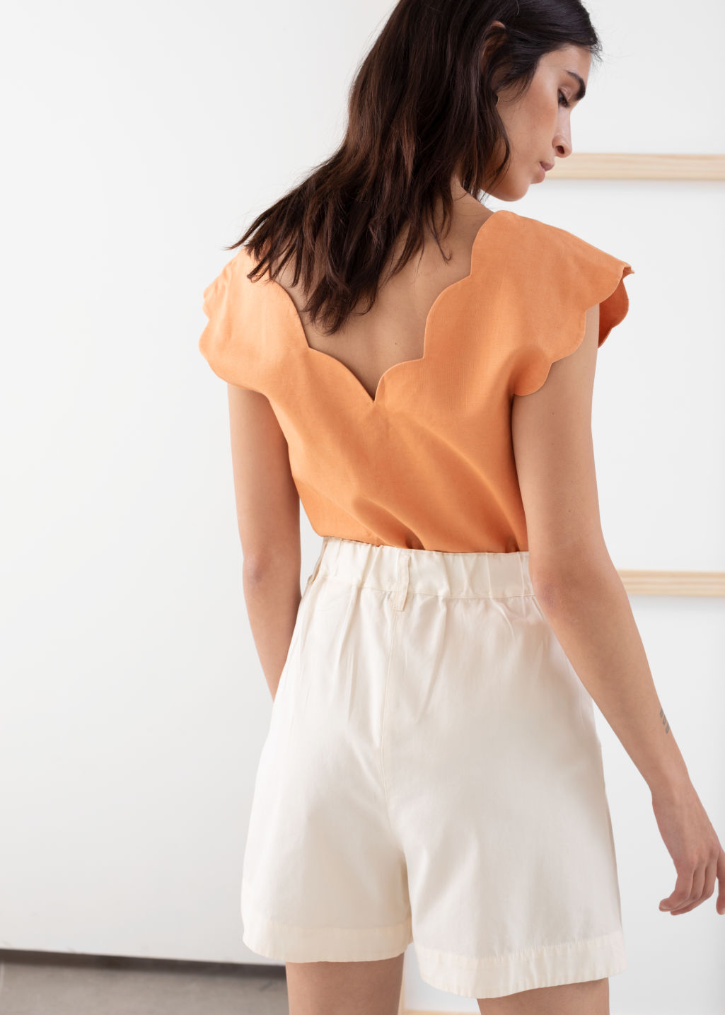 Model back image of Stories linen blend scalloped tank top in orange