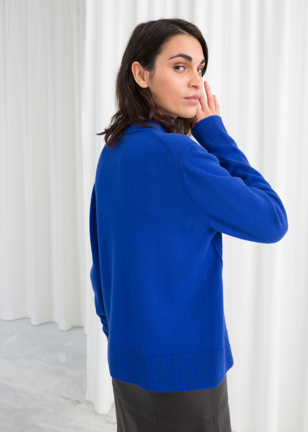 Model back image of Stories relaxed fit cashmere sweater in blue