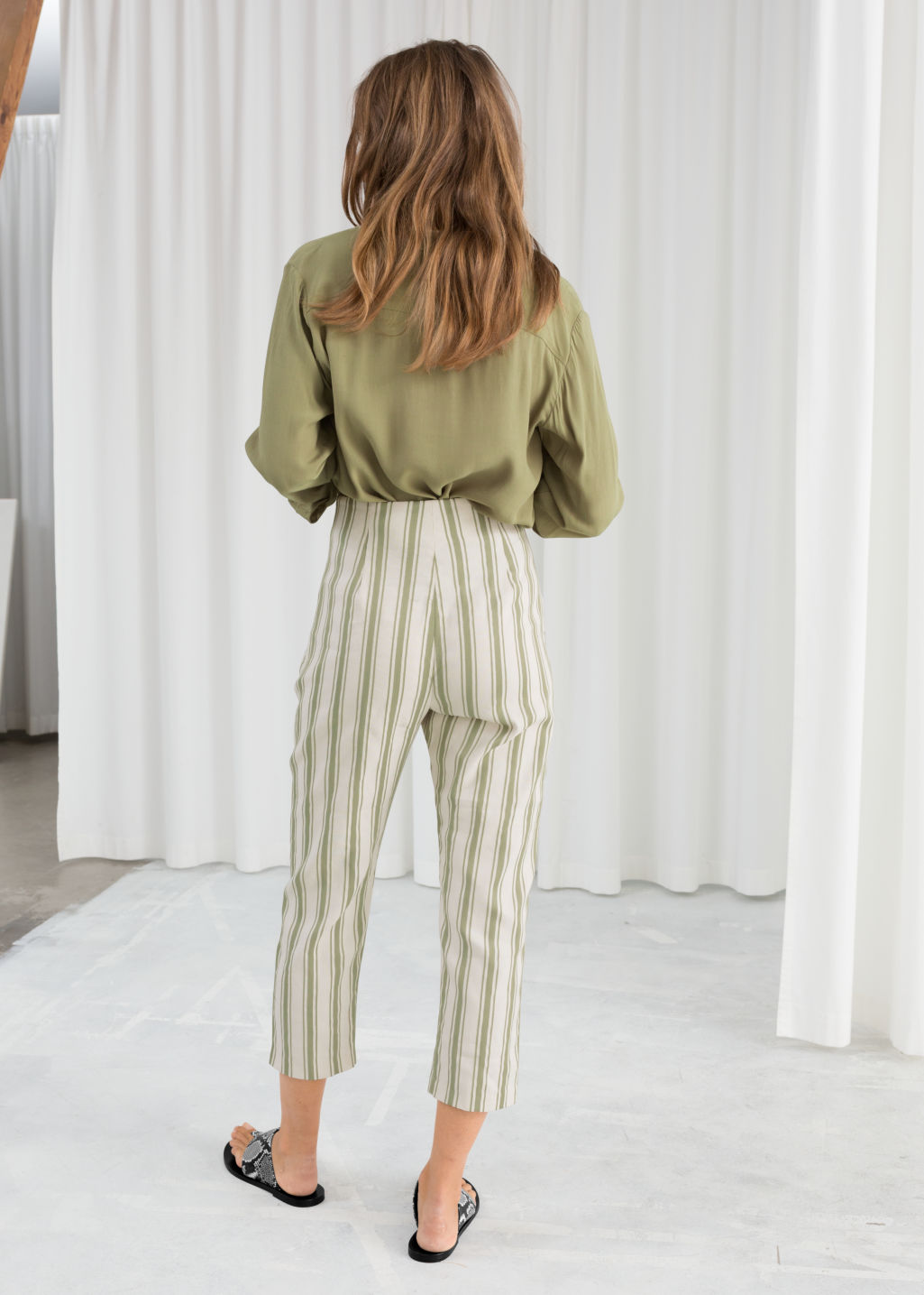 Model back image of Stories linen blend cropped trousers in green