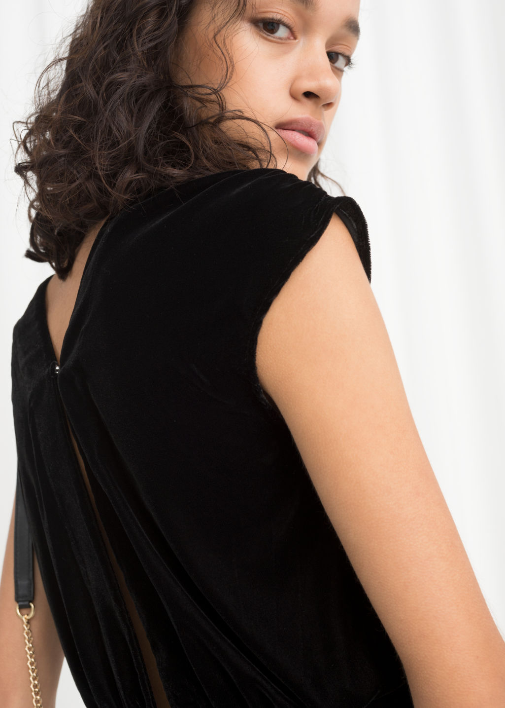 Model back image of Stories sleeveless velvet midi dress in black