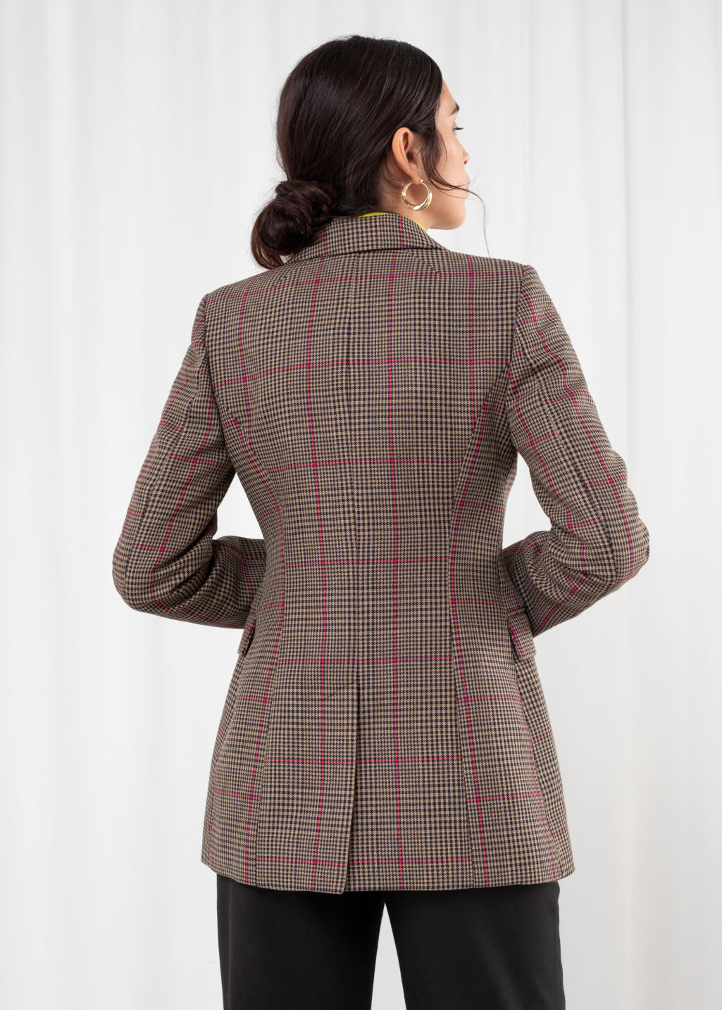 Model back image of Stories hourglass houndstooth blazer in beige
