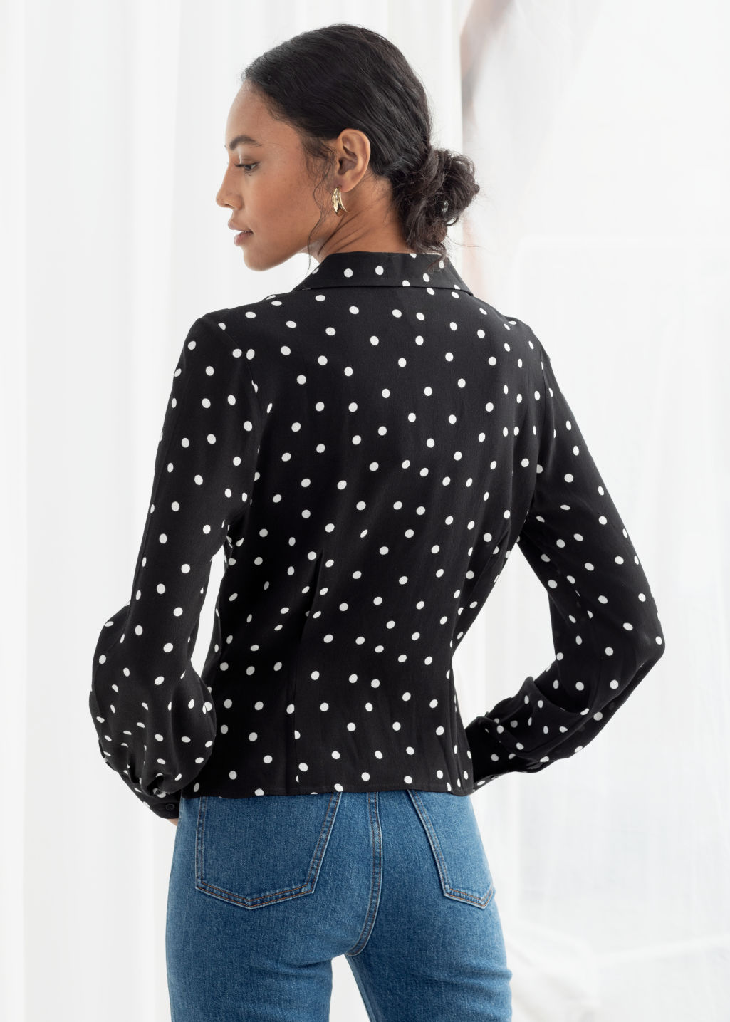 Model back image of Stories printed v-cut button up blouse in black