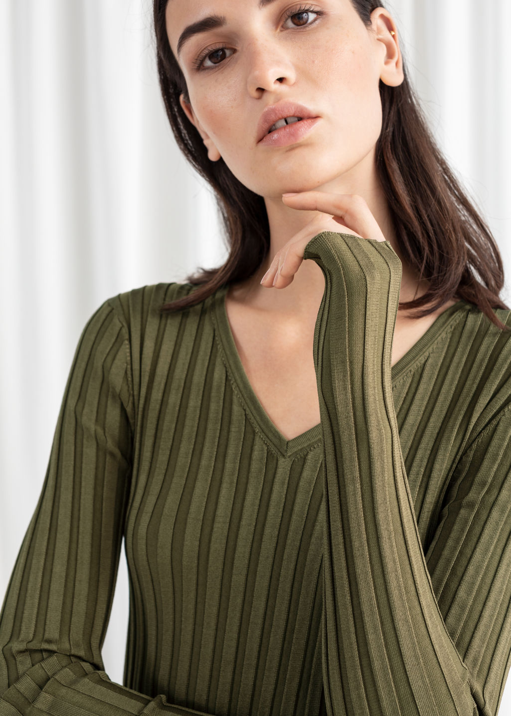 Model back image of Stories fitted v-neck ribbed top in green