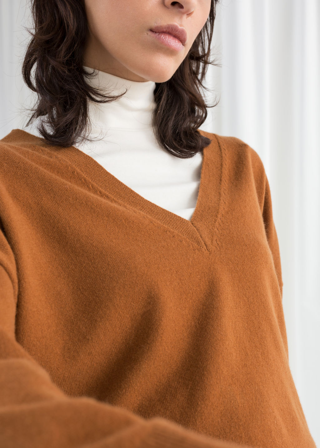 Model back image of Stories v-neck cashmere sweater in orange