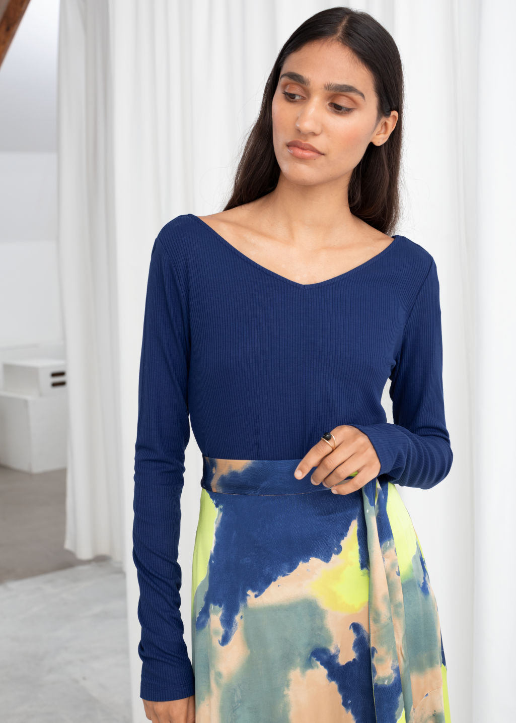 Model front image of Stories fitted v-neck tee in blue