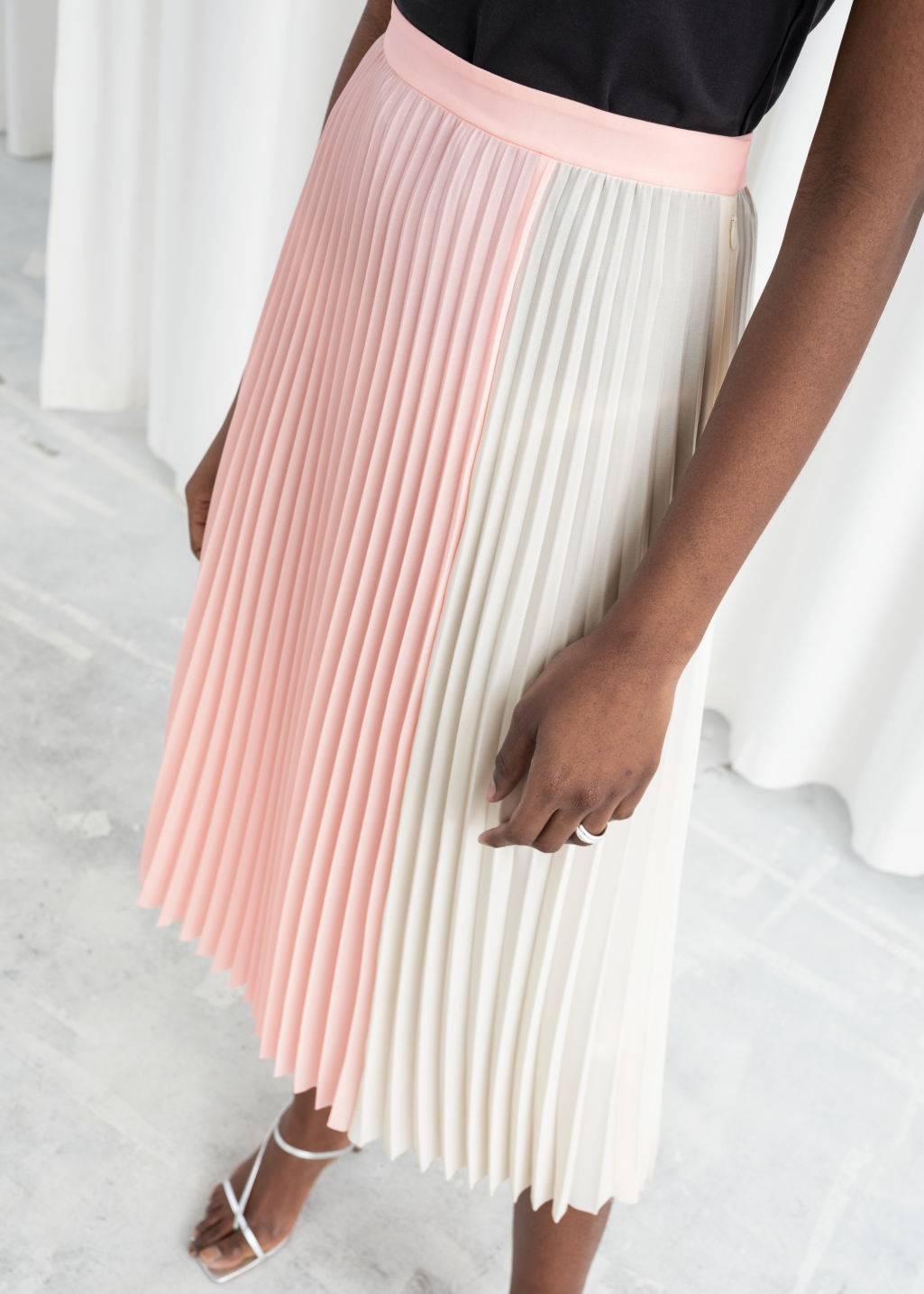Model back image of Stories duo toned pleated midi skirt in pink