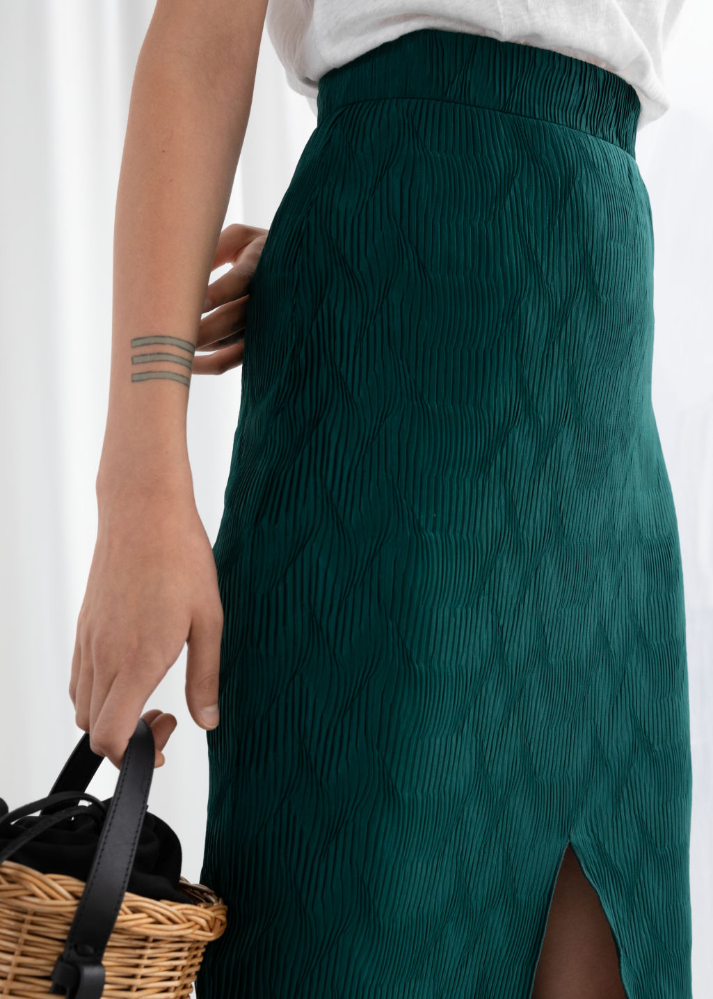 Model back image of Stories metallic crinkle midi skirt in green