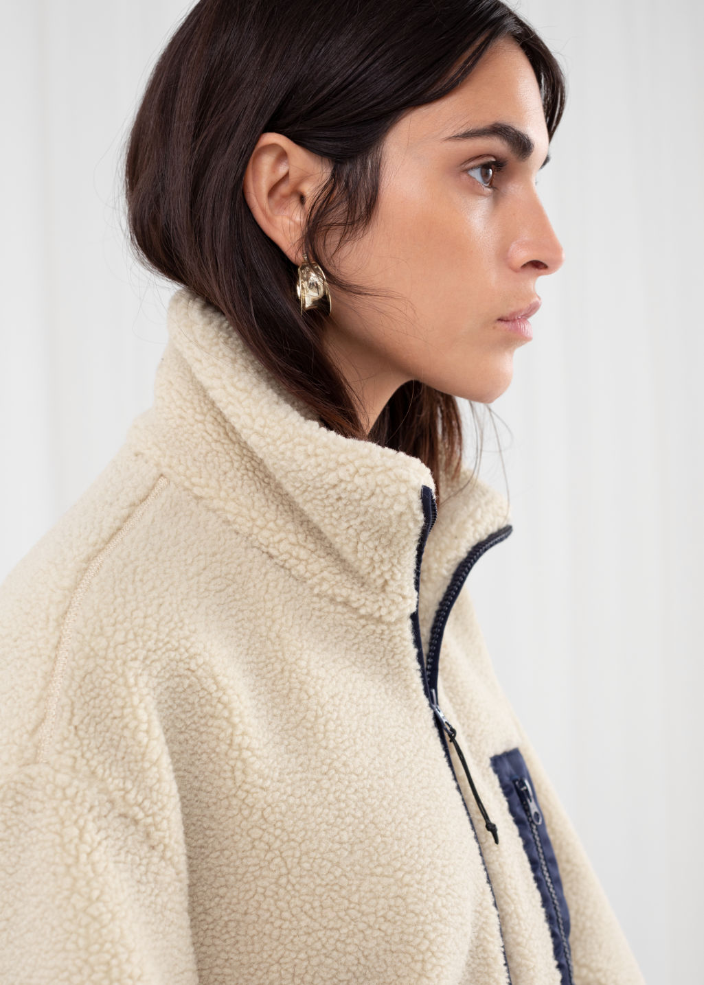 Model back image of Stories relaxed utility fleece jacket in beige