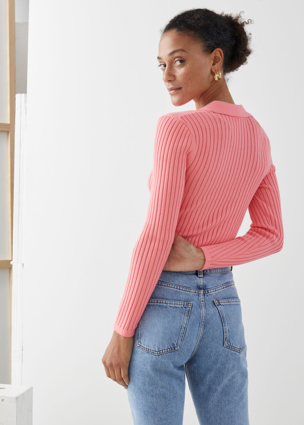 Model back image of Stories ribbed v-neck polo knit top in pink