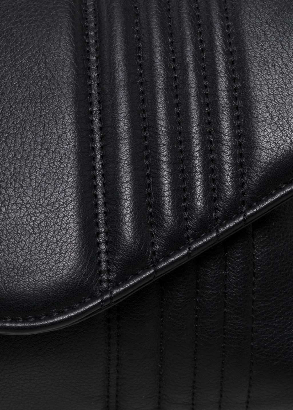 Detailed image of Stories curved chain handbag in black