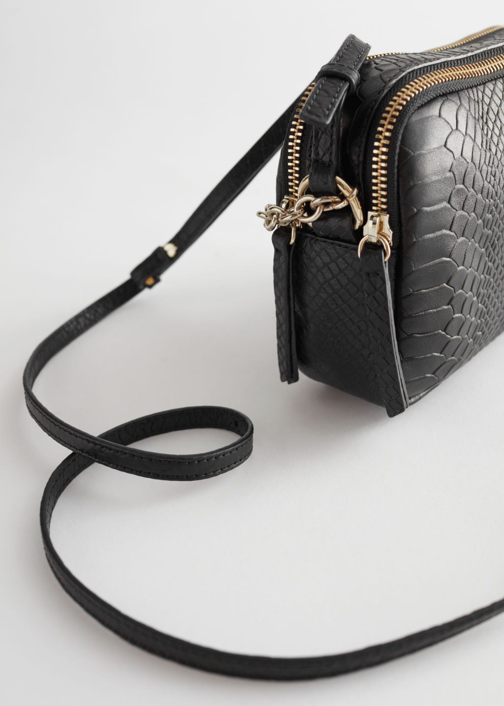 Detailed image of Stories o-ring chain crossbody bag in black