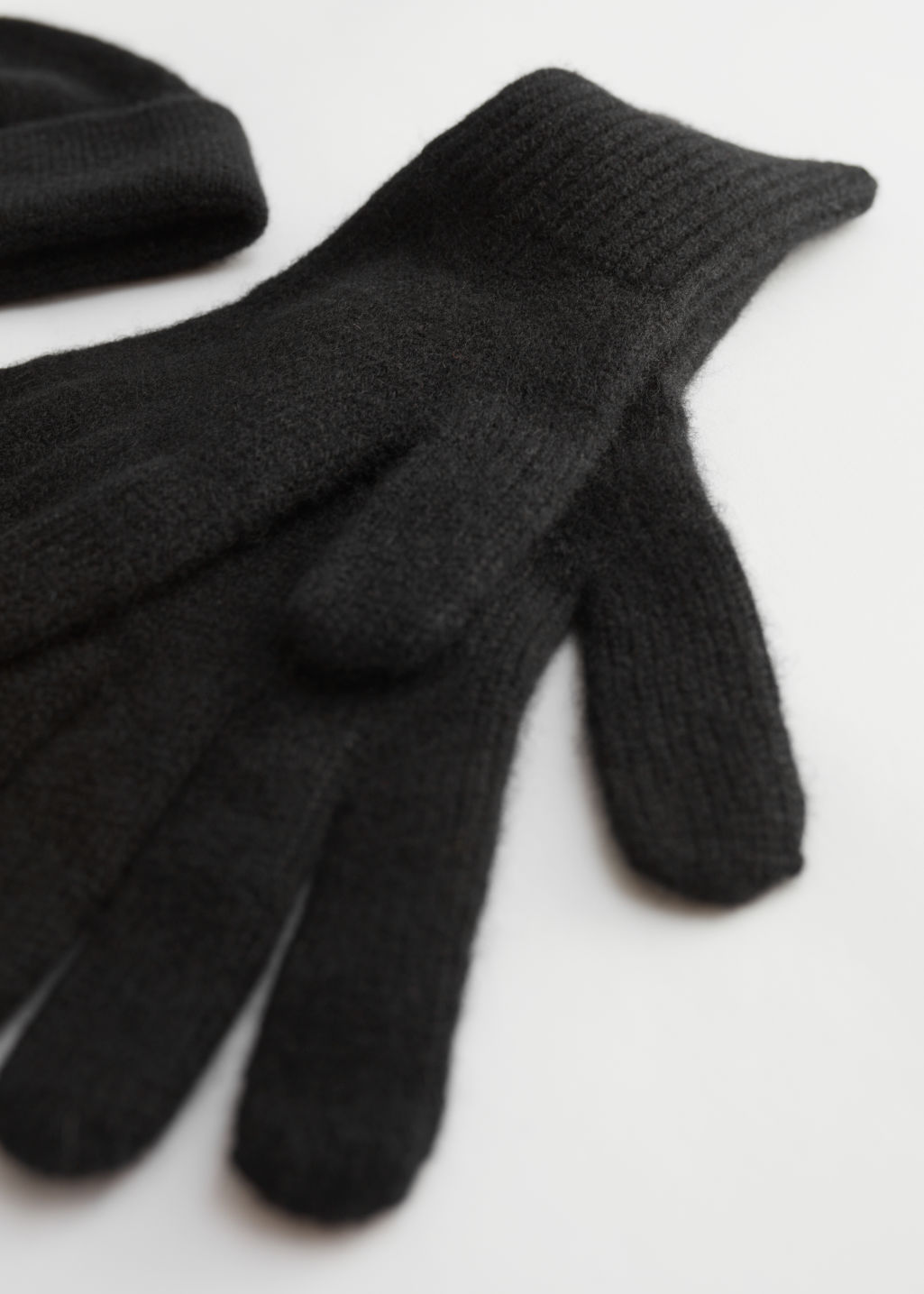 Detailed image of Stories cashmere beanie and gloves gift box in black